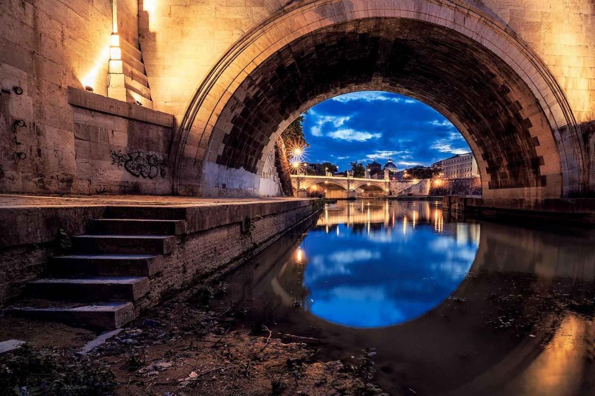 Il tevere da sotto i ponti al tramonto