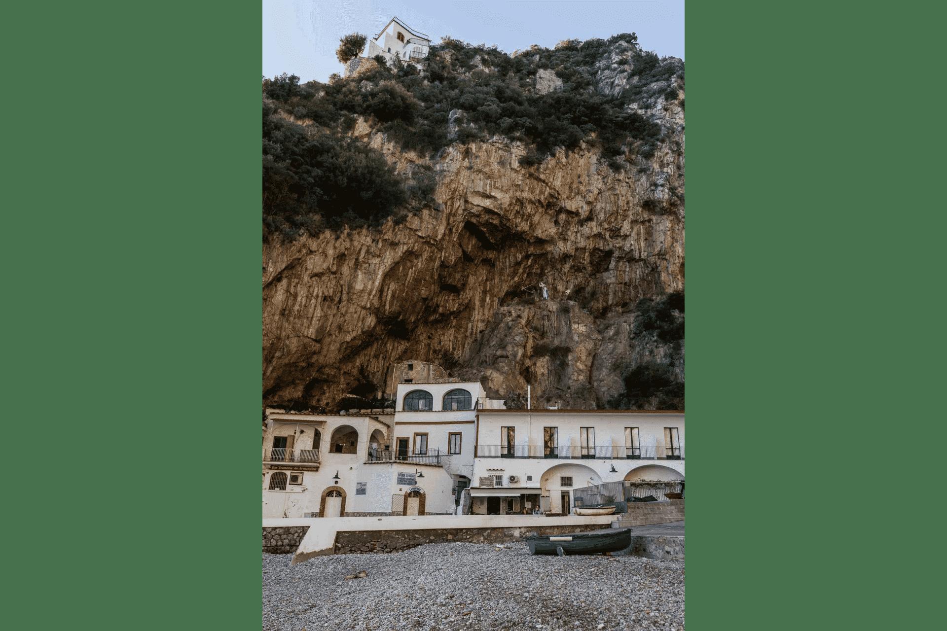 """Ristorante """"Armandino"""" sulla spiaggia sotto la scogliera"""