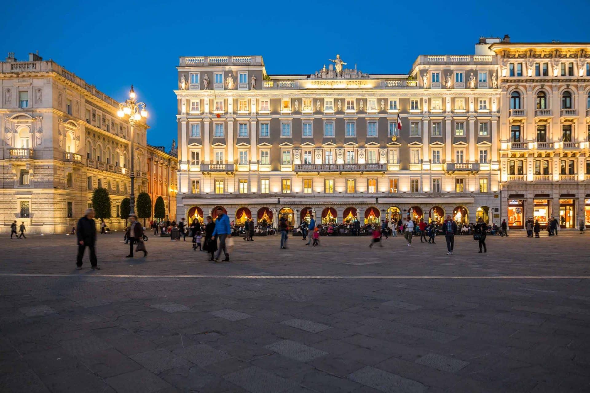 Caffè degli Specchi in piazza Unità