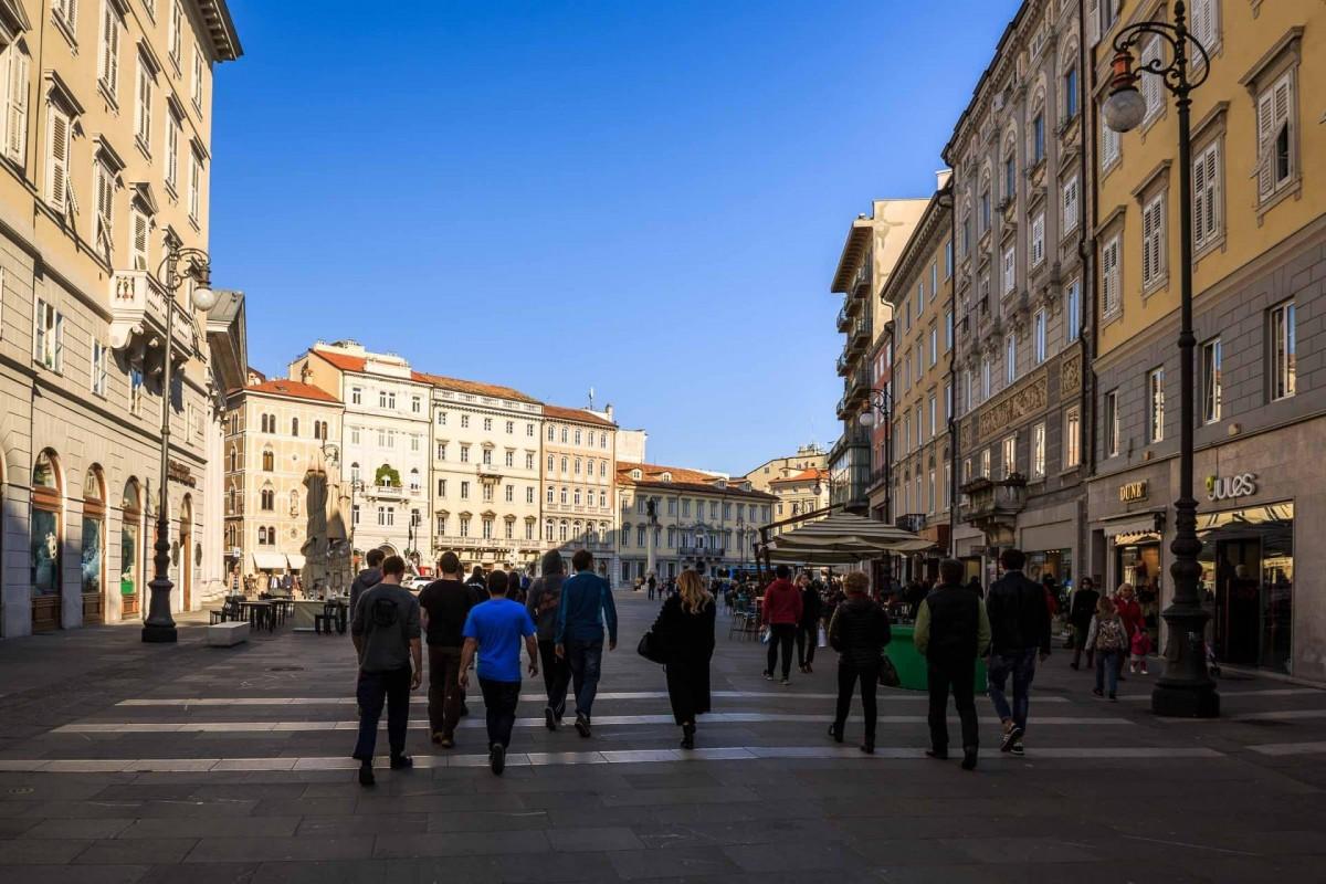 Gente a passeggio vicino piazza Unità