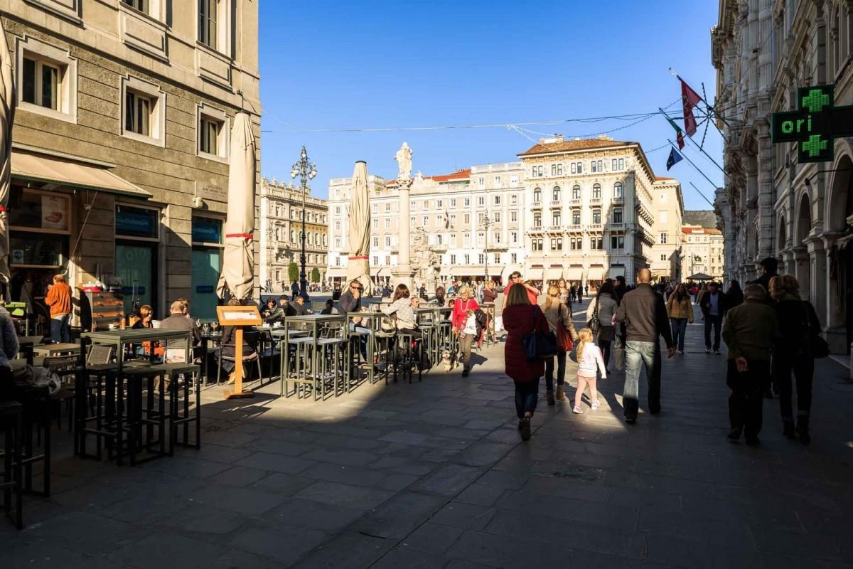 Passeggio entrando a Piazza Unità_