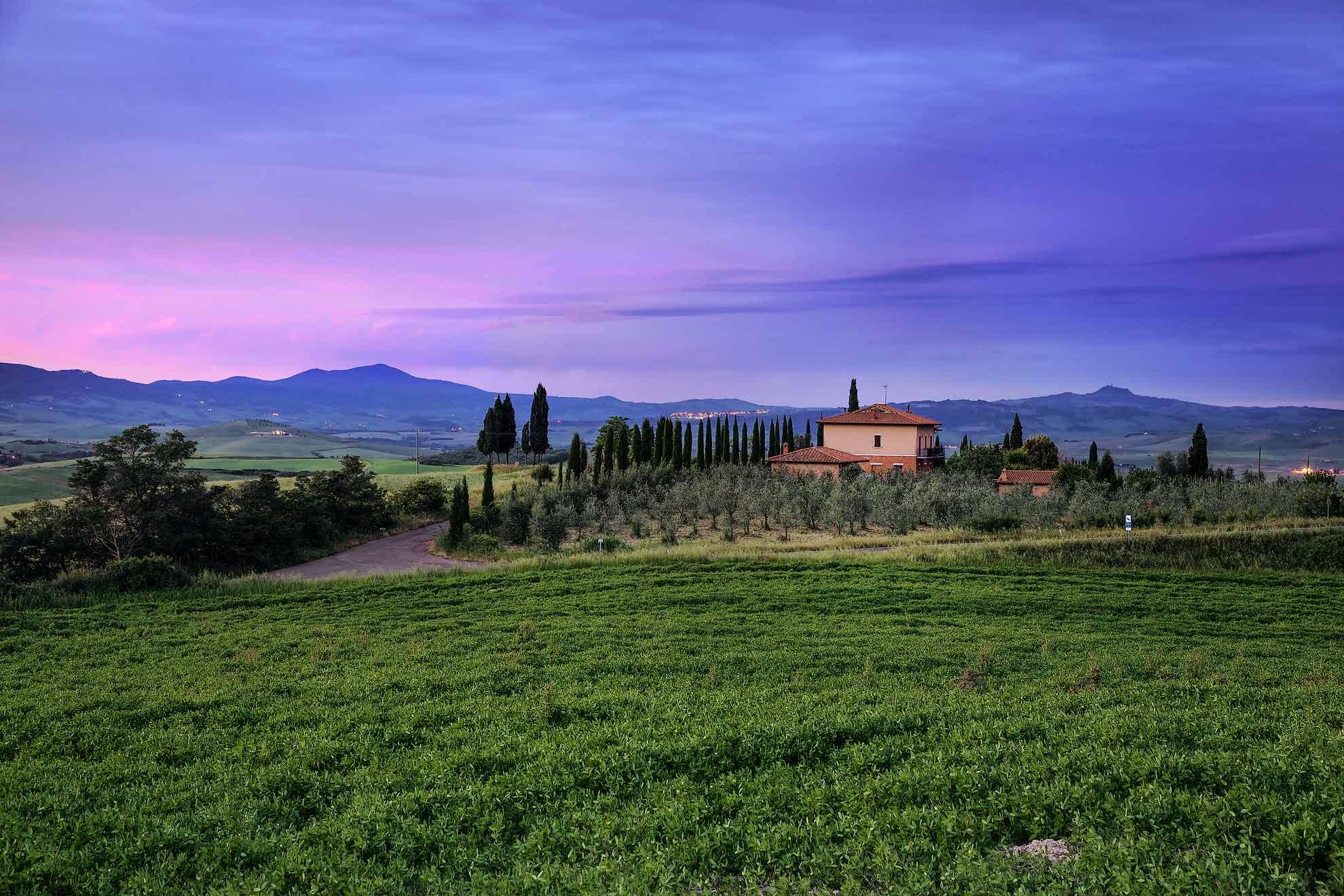 Casale all 39 alba con cielo viola in toscana travelist - Casale in toscana ...
